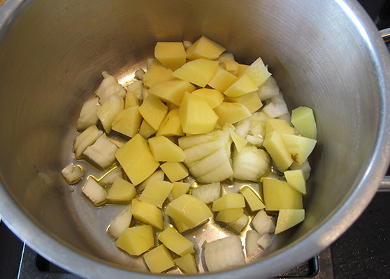 Kartoffeln und Zwiebeln anschwitzen